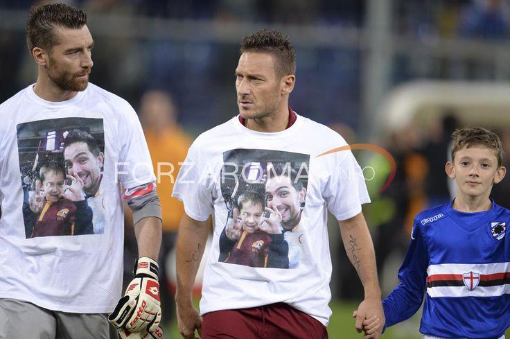 Totti e De Sanctis in campo con la maglietta per Stefano e Cristian - Roma-Sampdoria