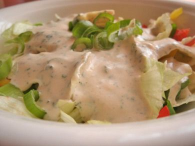 Eine American-Dressing ist mit Crème fraiche, Paradeisketchup, Joghurt und weitere köstlichen Zutaten ein tolles Rezept für einzigartige Salate.