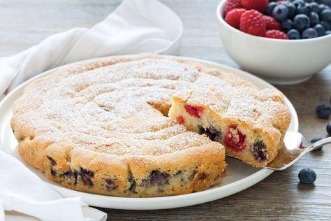 Un dolce allegro e sano. La torta ai frutti rossi è con pasta frolla, lamponi e mirtilli ma farcitela con i vostri frutti preferiti!