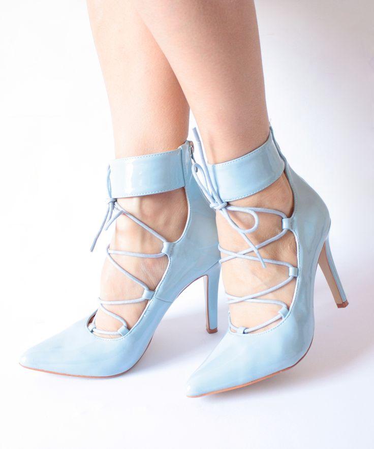 Lacci e tacco a punta sono veramente immancabili nel vostro outfit.  #scarpecontacco #tacco #scarpe #queenhelena #donnascarpe
