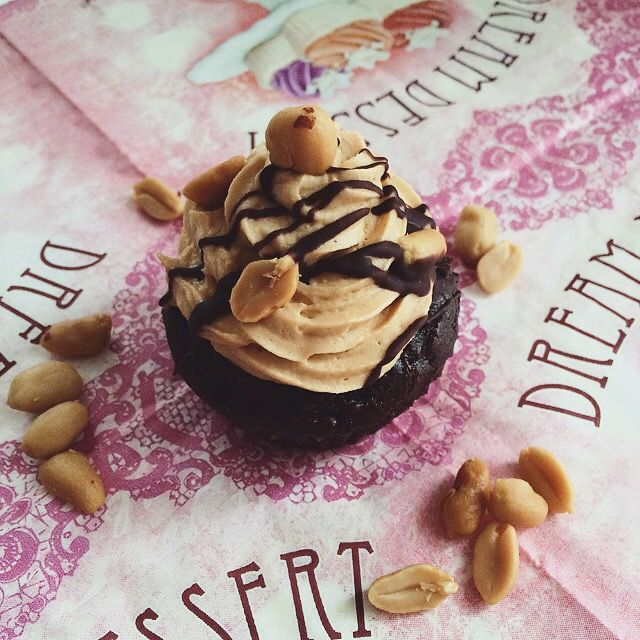 Heute gab es Vegane Snickers-Cupcakes… Ein Gedicht! ☝️ Zutaten für den Teig (ca. 10 Stück): 150g Mehl 100g brauner Rohrzucker 15g Kakaopulver 1TL Backpulver 1TL Natron eine Prise Salz 3/4…