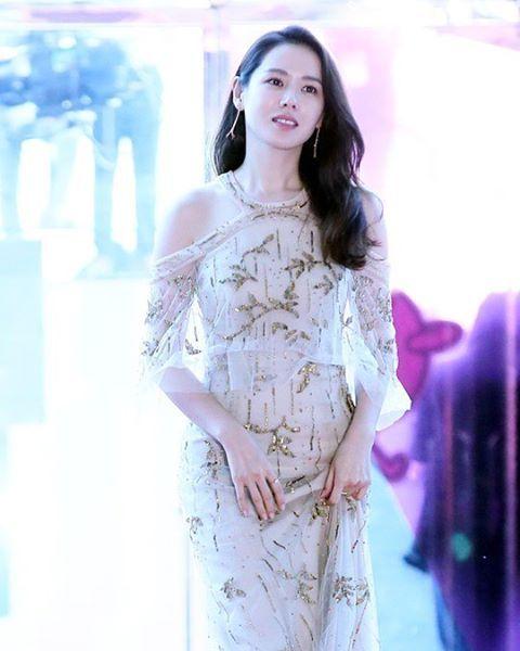 역시 예진핸드 #손예진 #백상예술대상 #레드카펫 #드레스 #redcarpet #korea #actress #celebrity #dress #style #photo http://tipsrazzi.com/ipost/1506954394151058133/?code=BTpxwmMFnrV