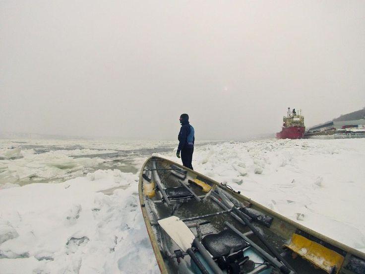 Canot à glace sur le fleuve Saint-Laurent devant la ville de Québec.
