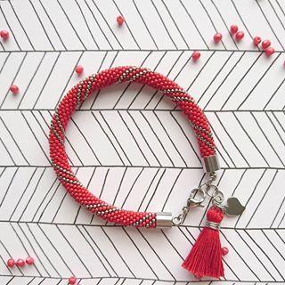 Trochę ognistej czerwieni ❤️  W sam raz na lekko poszarzaly dzień   _  Bransoletka ze szklanych koralików Toho w rozmiarze 15/0 (1,5 mm) z elementami ze stali chirurgicznej.    _  #bransoletka #biżuteria #stal #szydełkowanie #koraliki #ręcznierobione #rękodziełokwitnie #handmadejewelry #handmade #bracelet #beadcrochet #jewelry #jewellery #handmadewithlove  #fashion #slowfashion #alchemiamaterii #alchemia_materii