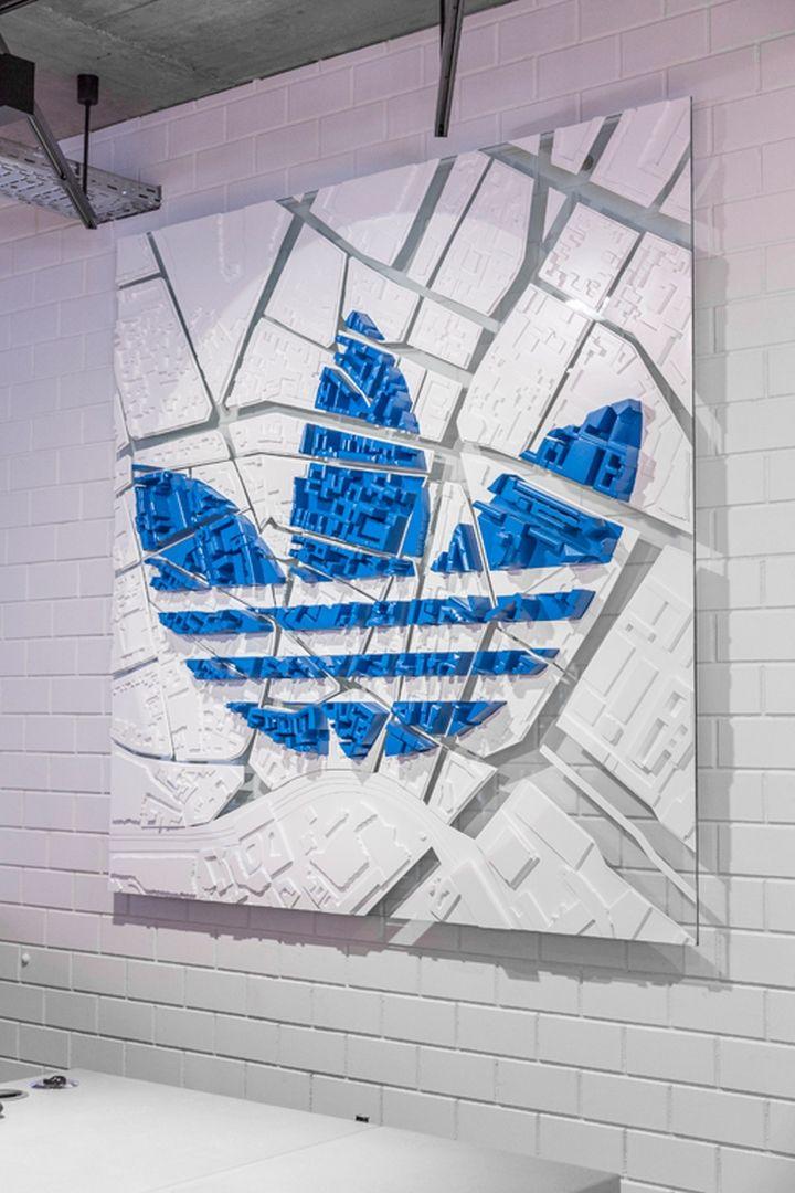 Marisa: en este rótulo de la marca Adidas, se utiliza un panel con un mapa en relieve. Muy original.