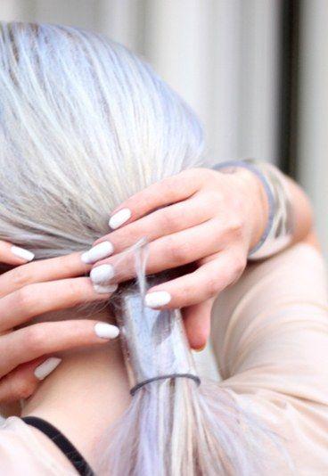 Step per creare il tuo bracciale - Bracciali in plexiglas fai da te: istruzioni e consigli - L'occorrente per creare da sola il tuo bracciale è: un pezzo di plexiglas 11 cm per 14, che puoi trovare nei negozi di ferramenta, carta vetrata (facoltativa ma consigliata), un forno da cucina, presine...