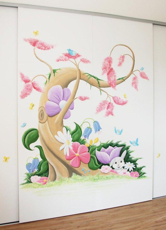 Muurschilderingen babykamer - wandschilderingen - muurtekeningen kinderkamer - muurdecoratie - wanddecoratie  - Fantasieboom in Disney stijl voor in een meisjeskamer met veel bloemen, vogels en vlinders en natuurlijk roze! De muurschildering is op schuifdeuren van een kledingkast gemaakt.