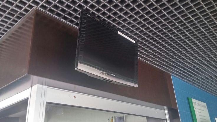Un televisor apagado en ocasiones puede parecer inútil, pero seguro que para el autor tiene un significado.