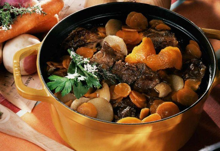 """Il Pot-au-feu è """"la quintessenza della cucina familiare francese"""", parola dello chef Raymond Blanc. Il tipico Pot-au-feu contiene manzo, carote, rape, porri, sedano, cipolle, bouquet garni, sale, pepe e chiodi di garofano. (cuisineactuelle.fr)"""