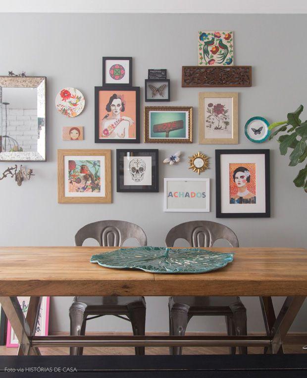 Mix de quadros e objetos na parede
