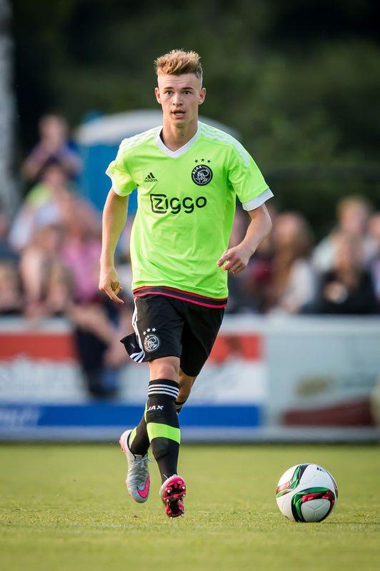 Ajax uit - Over het nieuwe uittenue van Ajax is al veel gezegd en geschreven. Het fluoriserende 'markeerstiftgroen' valt lang niet bij iedereen in de smaak, maar feit is dat vooral onder jonge supporters het shirt massaal verkocht wordt. En dat is toch de categorie fans die de meeste shirtjes kopen. © pro shots