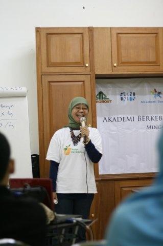 Guru Ida Akmal at Akademi Berkebun