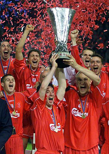 Los jugadores del Liverpool FC, Robbie Fowler y Sami Hyppia, alzan el trofeo de campeones de la Copa de la UEFA