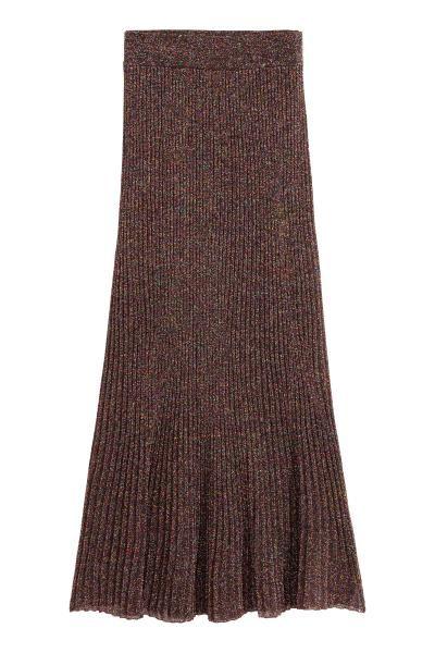 Блестящая юбка: Длинная, вязаная резинкой юбка из пряжи с добавлением разноцветной блестящей нити. На талии юбки резинка, подол расклешен. Без подкладки.