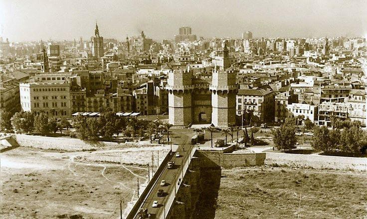 Vista del cauce del rio Turia y de Ciutat Vella desde el edificio situado en la confluencia de las calles de Guadalaviar y Sagunto