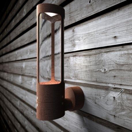 D'un design simple, mais élégant, ce luminaire s'associe facilement à de nombreux styles d'extérieurs. La collection Helix est également disponible en bornes lumineuses d'extérieur.
