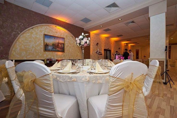 Decor pentru nunta cu huse slim crețe alb&auriu,sfeșnice pe dantelă 3D si lumini ambientale profesionale in Salon Venețian @Hotel Trotuș  #nunta #alb_auriu  #dantelă #luminiambientale #sfeșnice_cu_flori #salon_venețian