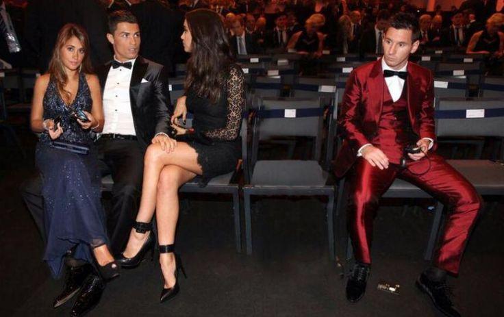 La photo du ballon d'or 2014 cristiano ronaldo avec la femme de lionel messi sur ses genoux #fake - http://www.2tout2rien.fr/la-photo-du-ballon-dor-2014-cristiano-ronaldo-avec-la-femme-de-lionel-messi-sur-ses-genoux-fake/