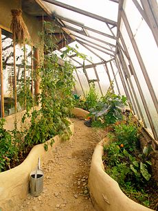 A greenhouse right up against the side of the house. I wonder if the humidity causes problems, seeping into the walls of the house? source = www.simondale.net/undercroft.htm
