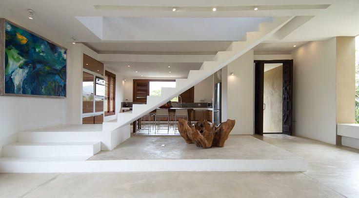 EN MEDIO DEL ESPACIO y separando la cocina del área social está la escalera que lleva al tercer nivel, donde el paisaje se contempla desde lo alto.