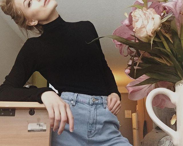 Mom jeans & a turtleneck on a beautiful Sunday