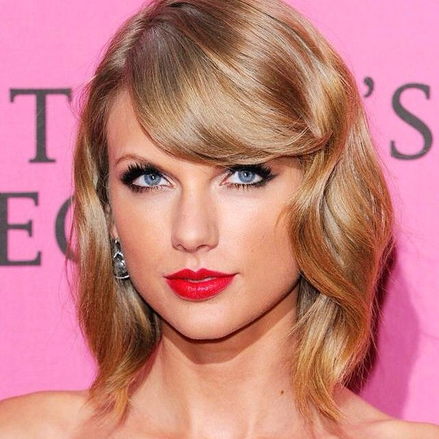 #ShareIG Who said you can't do eyes AND lips? We love @taylorswift's glam #beauty look on the #pinkcarpet of the @victoriassecret #fashionshow. #victoriassecret #bridetobe
