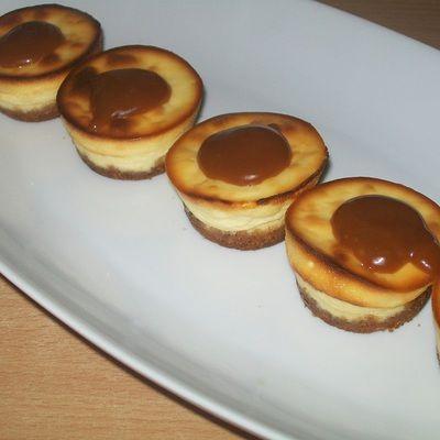Mini serniczki z karmelem - DoradcaSmaku.pl
