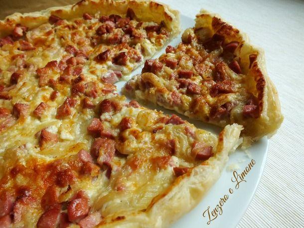 La torta salata wurstel e formaggio è arricchita anche da una bella quantità di cipolle. Ne risulta un piatto molto saporito e facilissimo da realizzare.