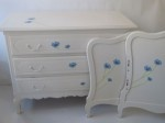 bed and sideboard for a very young princess hand painted with love by mimi and co #kinderbureau #kindermeubelen #kinderkamers