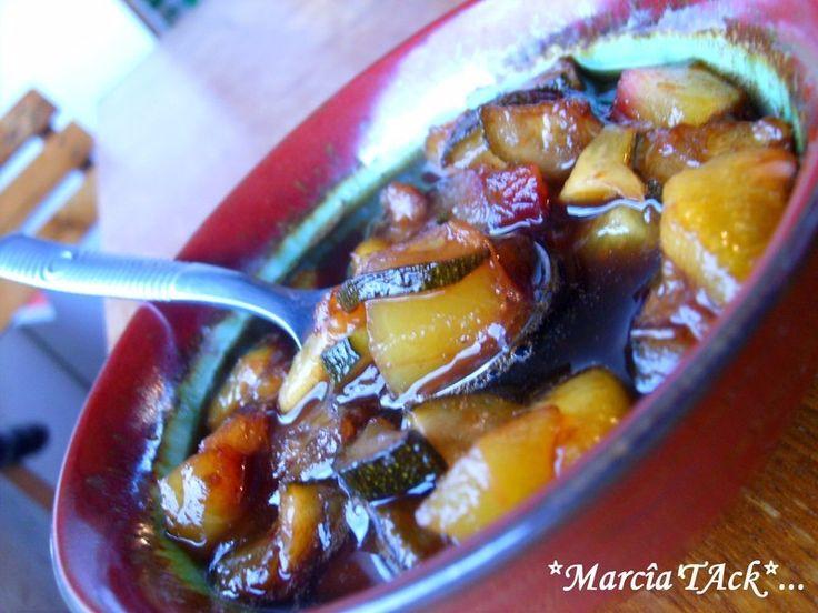 Testez ce condiment aigre-doux, fait de fruits etde légumes cuits dans du vinaigre avec du sucre et des épices jusqu'à consistance de confiture ou compote