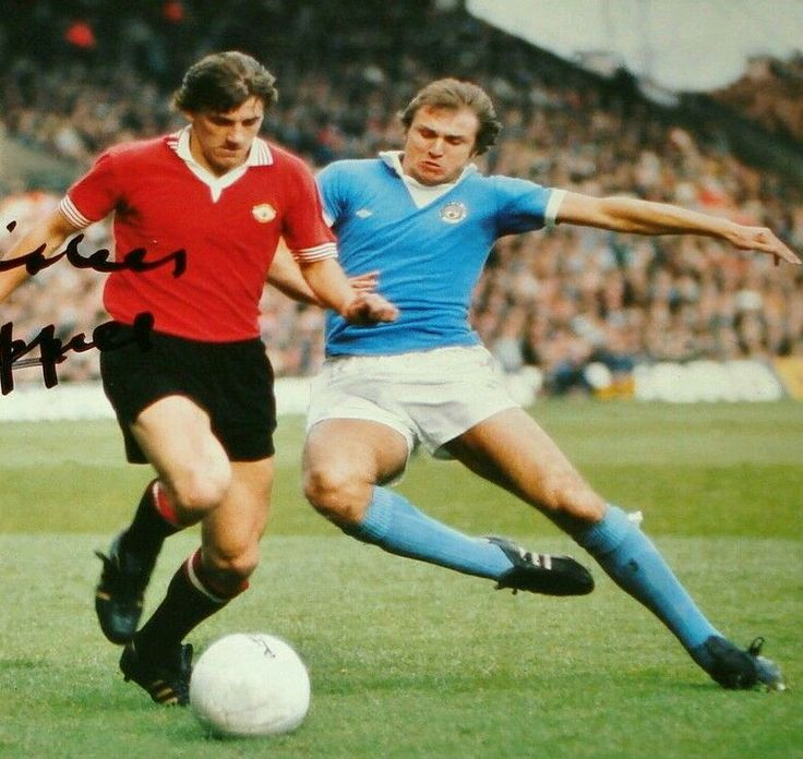 Man City 2 Man Utd 2 in Sept 1975 at Maine Road. Dennis Tueart comes in to challenge Steve Coppell #Div1