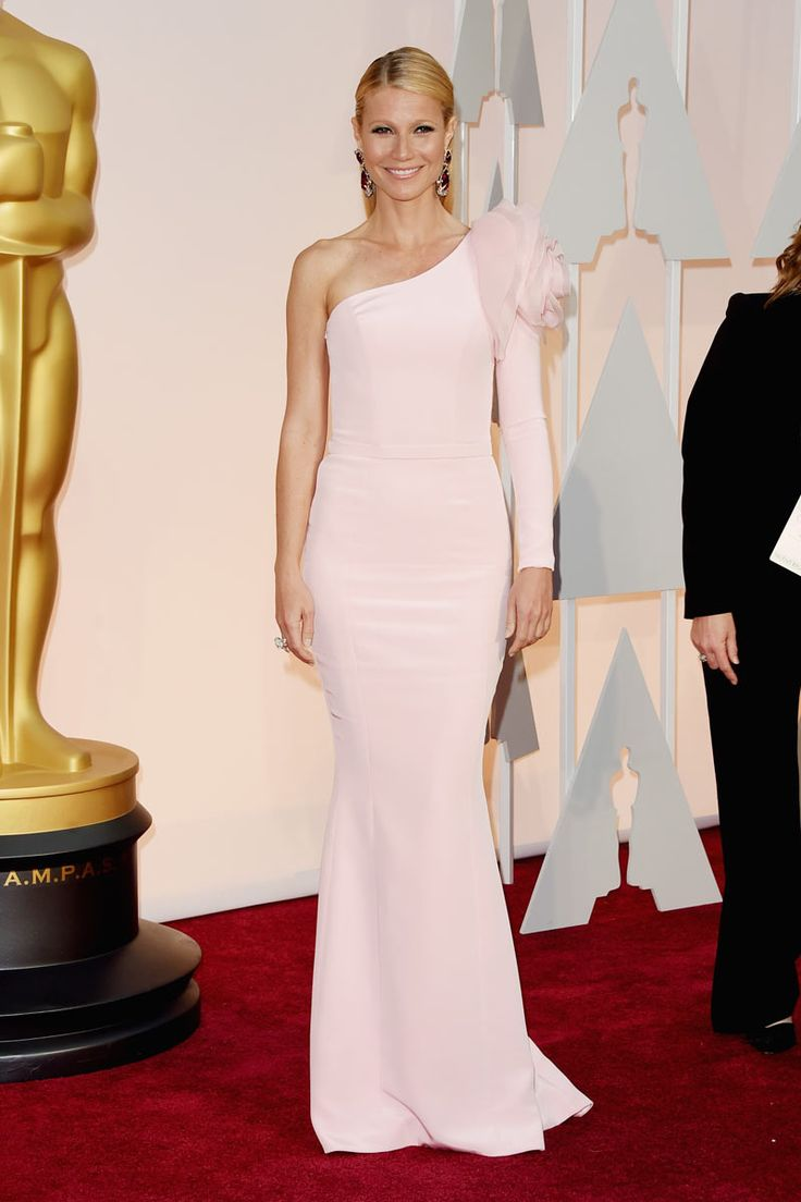 2015 Oscars Red Carpet - Gwyneth Paltrow in Ralph & Russo. I read that she is considered one of the brides look hollywood and this proves it. Not many dare to choose this kind of dresses and not all come out successful in choosing them. But we are talking about Gwyneth, who seems to check for this dress, which has a balance of elegance and simplicity amazing.