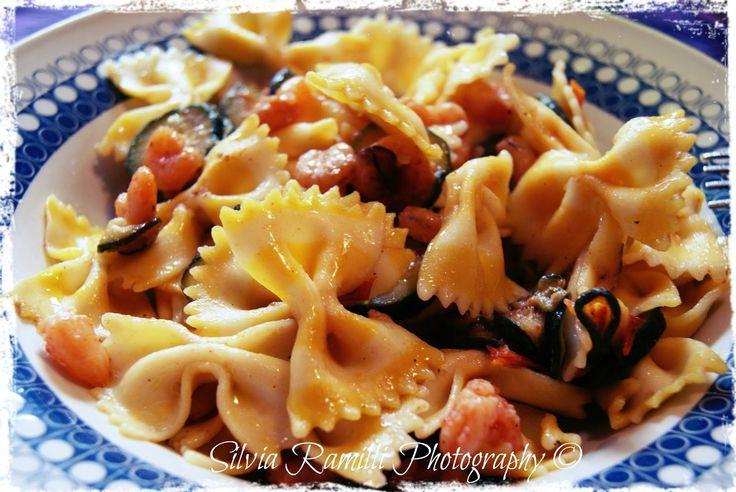 """Farfalle """"Tarall'Oro"""" aromatizzate al limone con gamberi e zucchine - Butterflies Pasta by """"Tarall'Oro"""" lemon flavored, with shrimp and zucchini"""