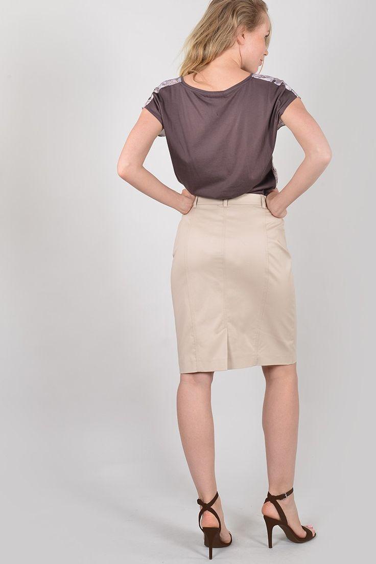 Purdey bis jupe courte - Antonelle Réf : 17JU6111 Jupe crayon en coton PURDEY. Habillée de passants à la taille pour ceinture, la jupe à la coupe ajustée est dotée : de deux poches devant et dos. Elle se ferme à l'aide d'un crochet et d'un zip sous patte. Elle s'associe avec tous vos tops et chemises. #Antonelleparis #clothing #jupe #droite #beige #lookoftheday #newlook #moda #womenswear #summer #ss17