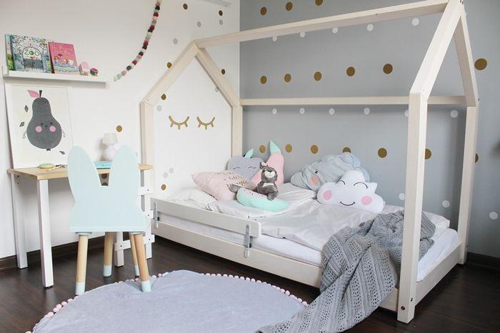 pokój dziewczynki, jak urządzić pokój dziewczynki, pokoj dla rodzenstwa, kolory w pokoju dziewczynki, białe meble, łóżko domek, krzesło królik, inspiracje, skandynawski design, szary pokój, naklejki na ścianę, dekornik