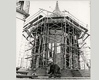 Le pavillon de la Thaïlande en construction au chantier d'Expo 67., Novembre 1966- Chris Lund  Canada, 1923 - 1983  négative noir et blanc Musée canadien de la photographie contemporaine (nº 66-13282) || The Thailand Pavilion under construction at Expo '67., November 1966- Chris Lund  Canadian, 1923 - 1983  B&W Negative Canadian Museum of Contemporary Photography (no. 66-13282) #photography #architecture #photo #Expo67
