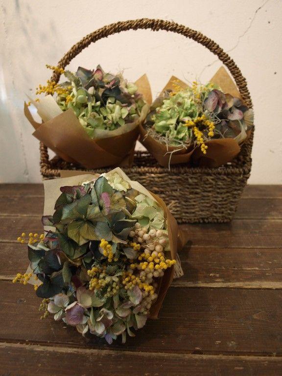 直径約15cmの可愛いドライフラワーのブーケです。お花をワイヤリングして、丁寧に作っております。おすすめのお色を束ねてお届け致します。 ハンドメイド、手作り、手仕事品の通販・販売・購入ならCreema。