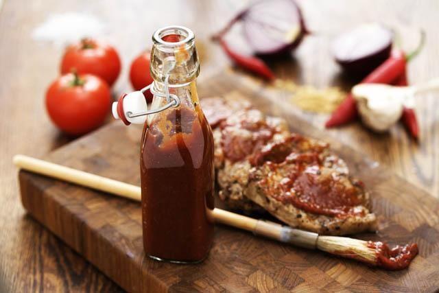 Hemgjord BBQ-sås är enkel att göra och får sin goda smak av chili, vitlök, soja, tomat, Oxfond med rödvin samt ingefära. Håller 2 veckor i kylen.