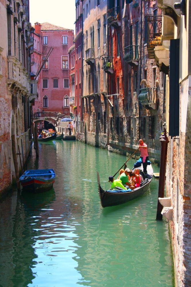 Zu einem perfekten Tag in Venedig gehört natürlich auch eine Gondelfahrt
