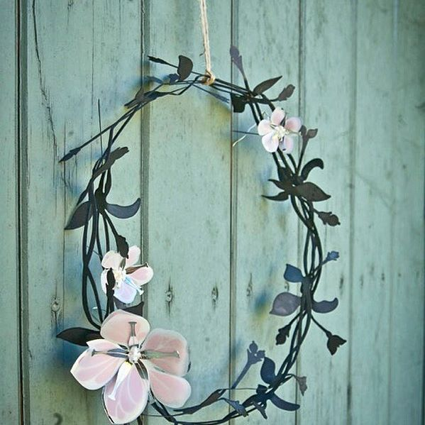Snowberry Wreath & Flowers. Available in our web-shop www.jettefroelich.dk #snowberrywreath #flowers #gardendecor #garden #jettefrölich #jettefroelich #jettefrölichdesign #jettefroelichdesign #danishdesign #scandinaviandesign #interiordesign #homedecor