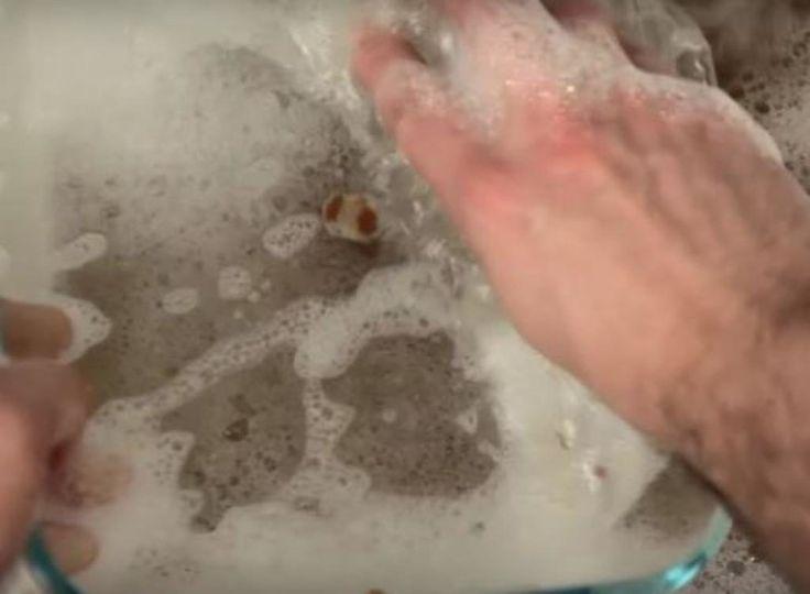 Le padelle e le pentole con sporco incrostato si possono pulire più velocemente se le strofini con una pallina fatta con un foglio di alluminio.