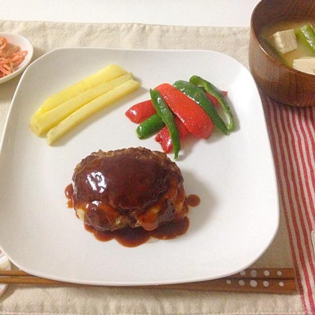 彩りがよくなるので近頃はパプリカの出番が多いです。 - 18件のもぐもぐ - チーズinハンバーグ・パプリカとピーマンのソテー・フライドポテト・お味噌汁(絹さや,豆腐) by Akane♡