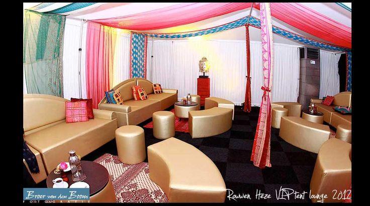 vip-tent-rowwen-heze-1001-nachten | Lounge, VIP, tent, 1001 nachten, gouden bank, oosterse drapering, sfeer, aankleding, decoratie, styling, gold, decoration, atmosphere, oriental.