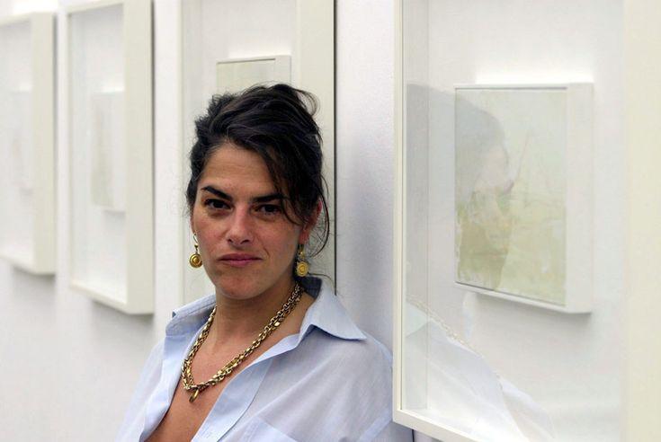 Трейси Эмин — одна из участниц знаменитого объединения современных художников Young British Artists, сколь популярного, столь и скандального. Несмотря на то, что наиболее коммерчески успешным художником группы стал Дэмьен Херст, Эмин может по праву считаться главной бунтаркой объединения. Художница не раз вызывала возмущение консервативной прессы не только своими работами, но и эпатажными выходками и выступлениями в пьяном виде.