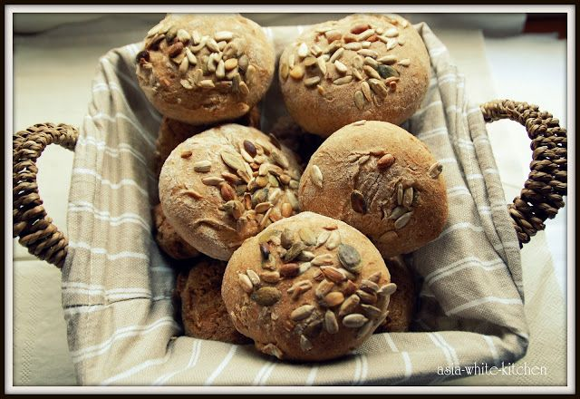 Asia White Kitchen: Bułki pszenno-żytnie z ziarnami