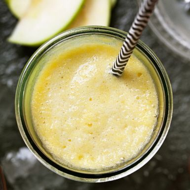 Passa på att njuta av säsongens saftiga persikor i en läskande juice med äpple och citron. Servera med extra mycket is, och kanske en skvätt vodka, för en perfekt svalkande drink före maten eller som välkomstskål.