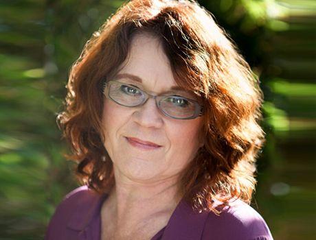 Övergångsbesvär kan effektivt och på ett säkert sätt behandlas med en kombination av östrogen och ett progesteron om livmodern är kvar eller bara östrogen om den är bortopererad. Men svenska kvinnor ska inte behöva vara hänvisade till hormoner som ökar risken för vissa cancerformer, utan kunna få hormoner som är säkra och naturliga. Det menar föreläsaren och författaren Mia Lundin och skriver i ett inlägg på Kurera debatt om hur hon tycker att det är hög tid att svenska läkare blev mer…