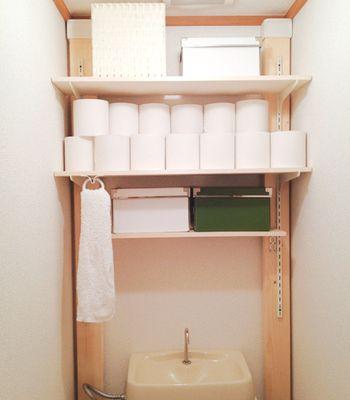 2×4材を使用した天井と床に対するつっぱり棒的な役割を果たすディアウォールなどのアイテムを活用して、棚を取り付けている事例。写真のように可動式の棚柱を活用すると、使い勝手に応じて棚の位置を変えることができます。
