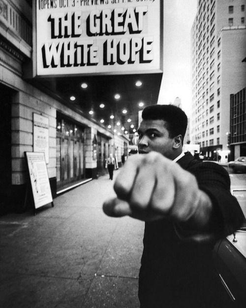 Muhammad Ali, posando em frente ao Teatro Alvin durante a produção do play & ldquo; The Great White Hope & rdquo;  sobre boxeador Jack Johnson, estrelado por James Earl Jones em 1968. (Bob Gomel-A VIDA Imagem Coleção / Getty Images) #TBT #throwbackthursday #LIFElegends
