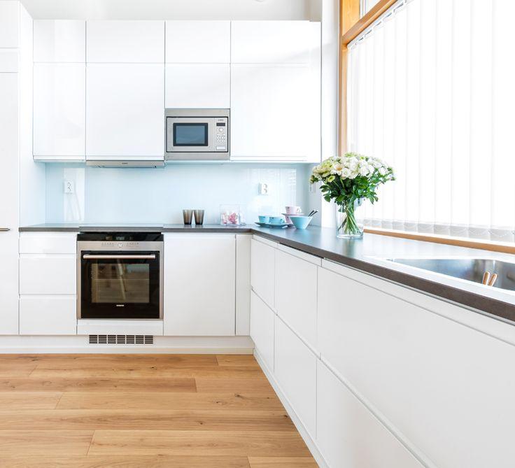 A la Carte -keittiöiden ovimalli Festa edustaa ajattomuutta ja pelkistettyä suomalaista modernismia. Työtasona Silestone kvartsitaso.